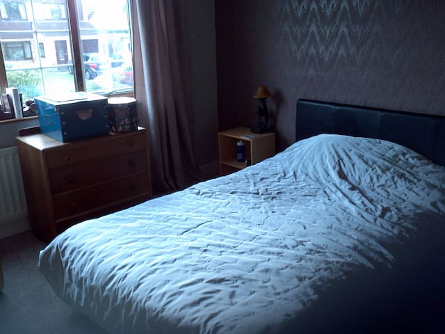 Quiet large double room. - Ellesmere Port