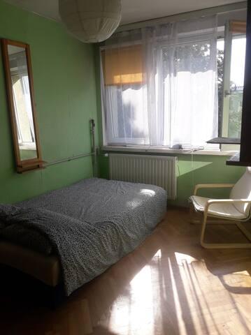 Medium bedroom, double bed. 15 min to center.