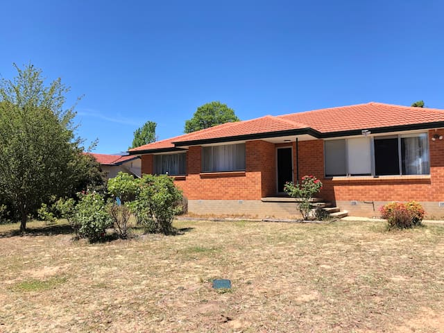 Canberra Entire House (Water-Cooled Air-Con, 3BR)