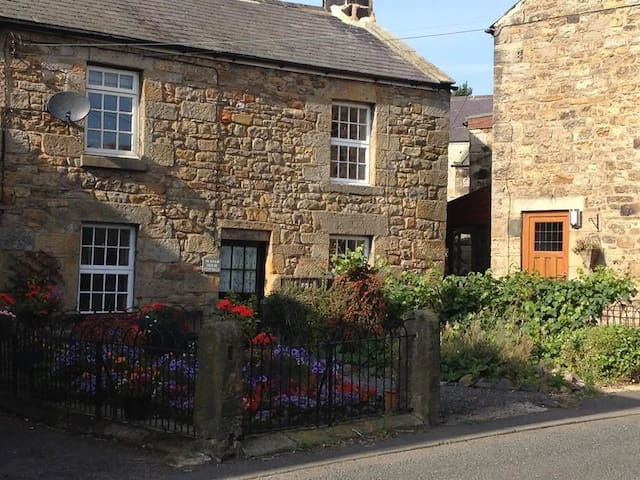 Romantic character cottage in pretty village - Northumberland - House