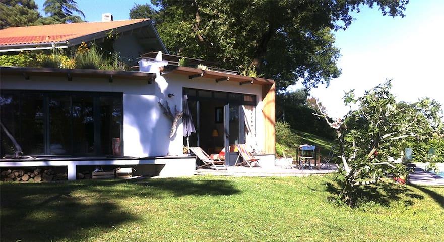 maisonnette contemporaine avec piscine et jardin