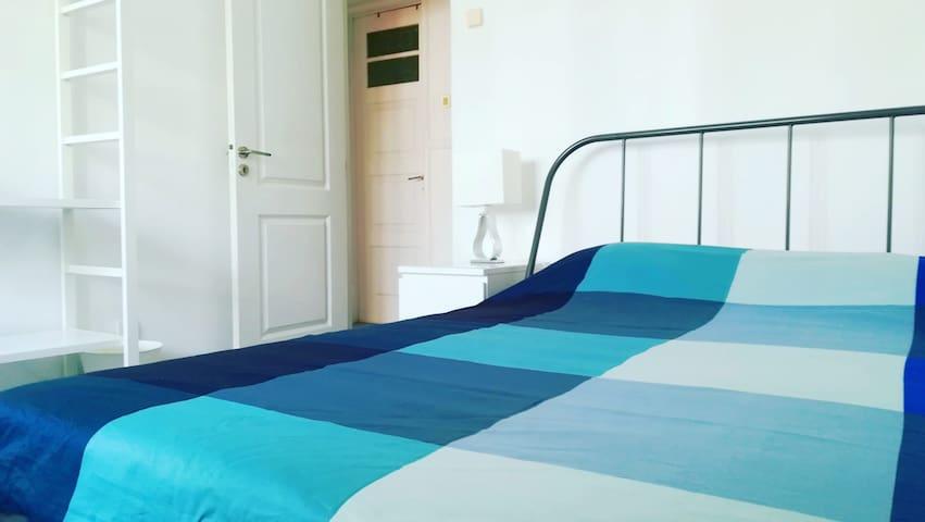 Quarto 02: cama de casal, mesa de cabeceira, abajur, armário, mesa de refeições/ trabalho. Os dois quartos possuem idênticas e novas.