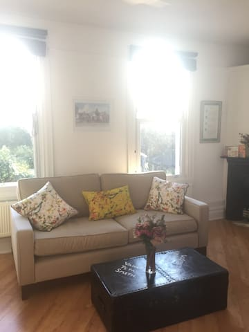 St Margaret's flat near River Thames & Twickenham
