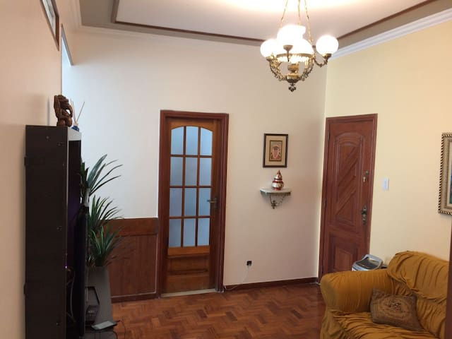 Apartamento confortável: Sala, quarto e banheiro