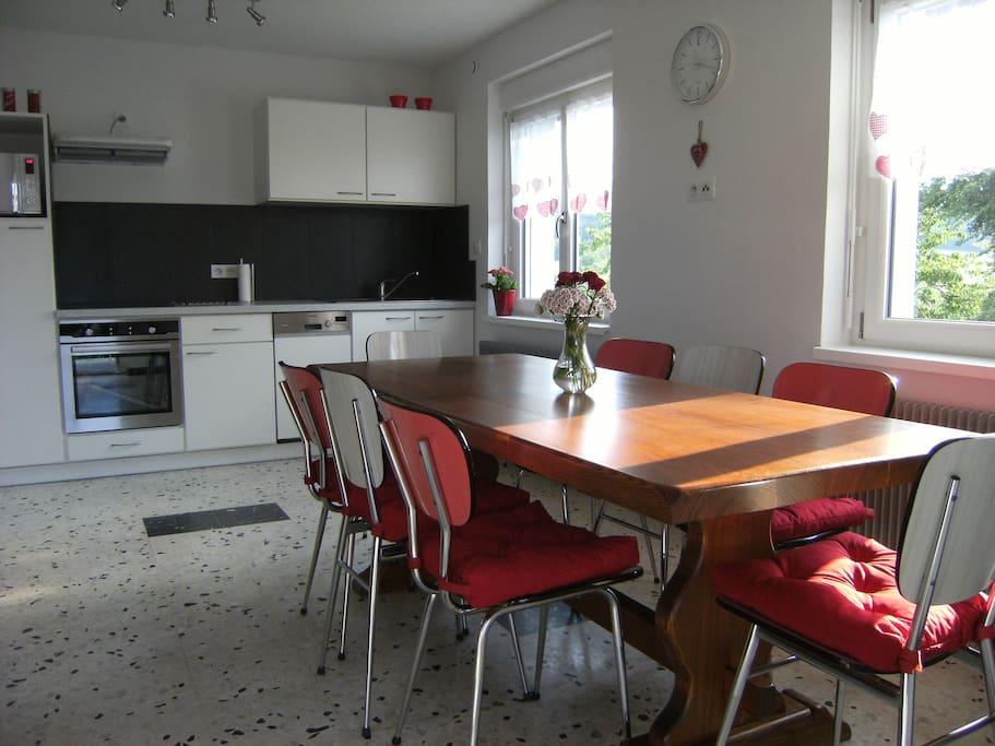 Cuisine spacieuse - la table peut être rallongée pour 10 à 12 personnes