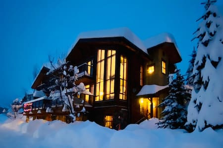 Woodhaven Chalet - Ski-in/out & Private Hot Tub