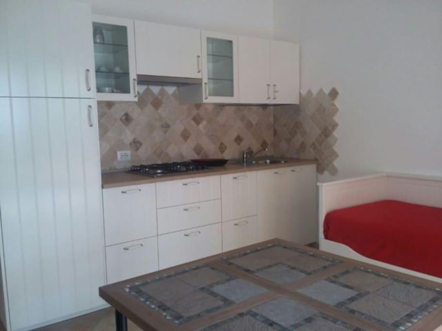 soggiorno con cucina e divano letto 2 posti