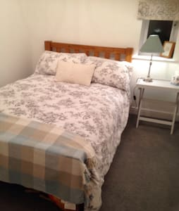 Large single room in cosy cottage - Shippon