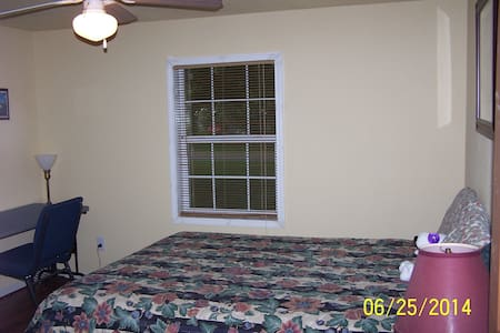 Cozy Queen 1 Bed - Parking Included - Texas City
