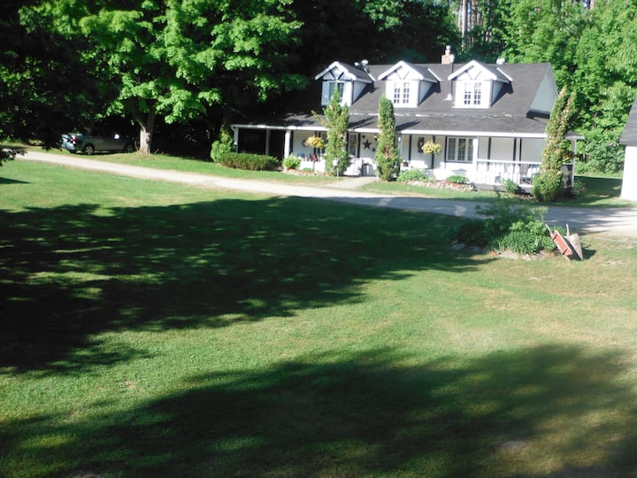 Country House, sleeps 8, on private acreage