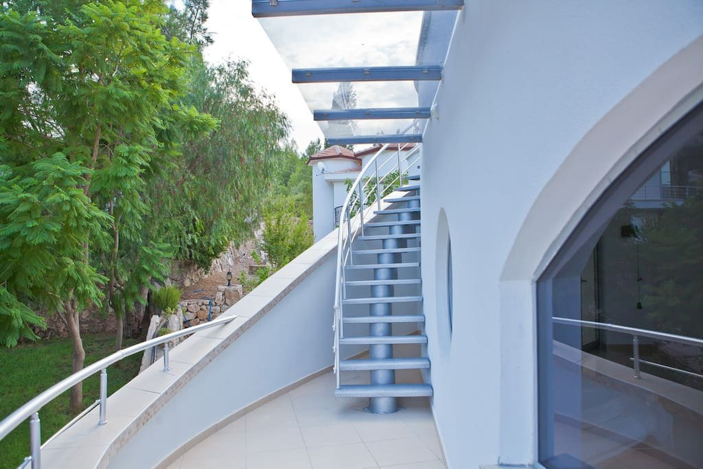 Stairs to the sun deck. Лестница с терассы 2-го этажа на крышу.