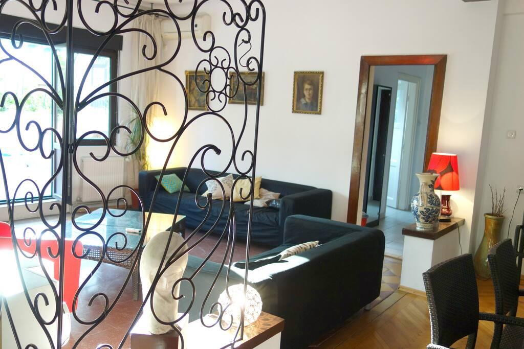 living 49m² ouvrant sur terrasse, ultra-centre Bucarest!