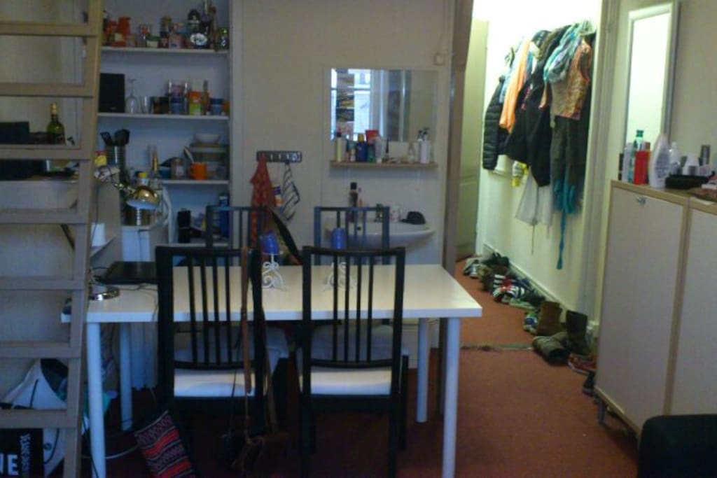 vaste wasbak in de kamer en een gedeelde douche en keuken (3 man)