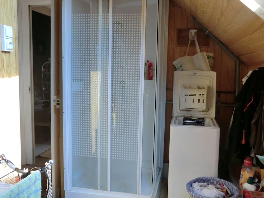Salle de bain: douche et machine à laver