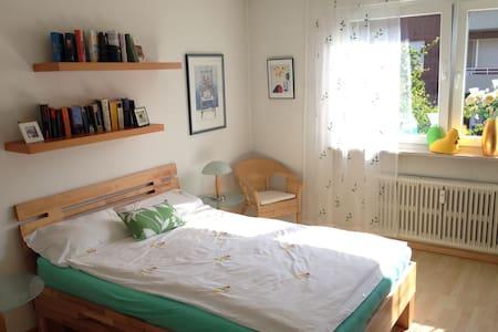 Helles Zimmer in sehr ruhiger Lage