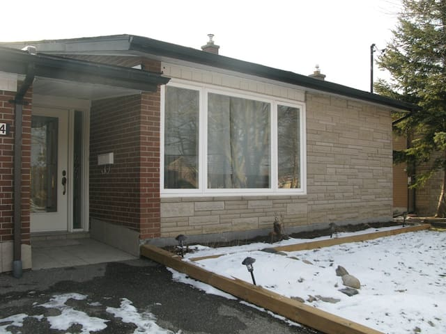 Bangalow with 2 bedroom kitchen washroom living rm - Toronto - Bungalow