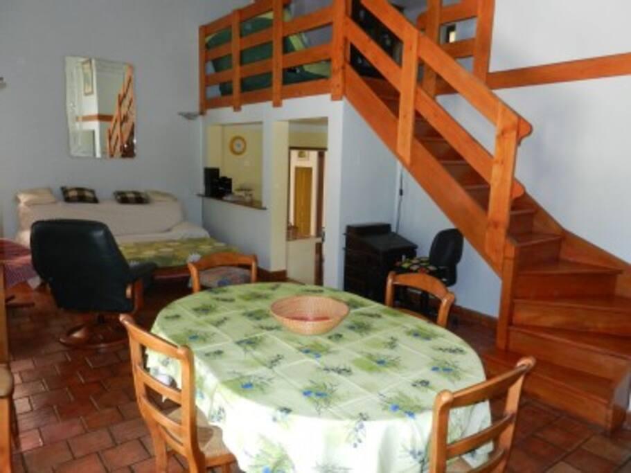 Le salon dans son jus, et l'accès vers la mezzanine.