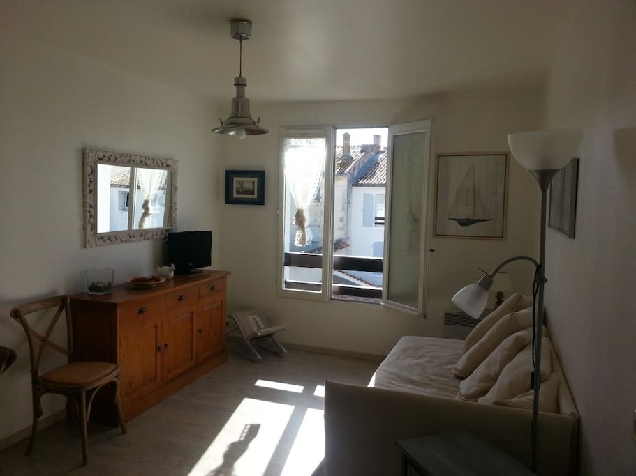 Living room full of sun light. Le salon ensoleillé