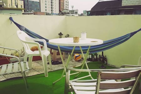 Cosy Rooftop Apt. Near 3 Subway Stops & 3 Unis - Apartamento