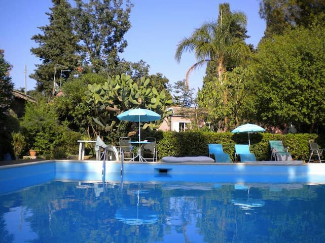 Casetta in villa con grande piscina e giardini