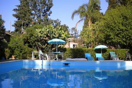 casa in villa con grande piscina - Viagrande