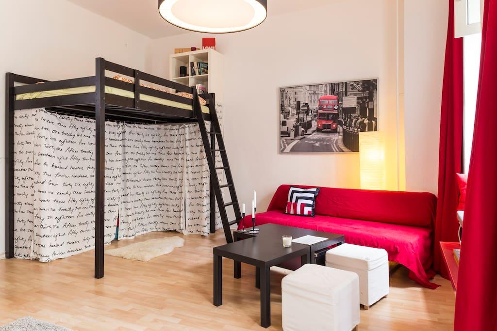 Das Hochbett ist perfekt für zwei Personen. Unter dem Hochbett kann ich im Bedarfsfall auch eine große doppelte Luftmatratze zur Verfügung stellen.