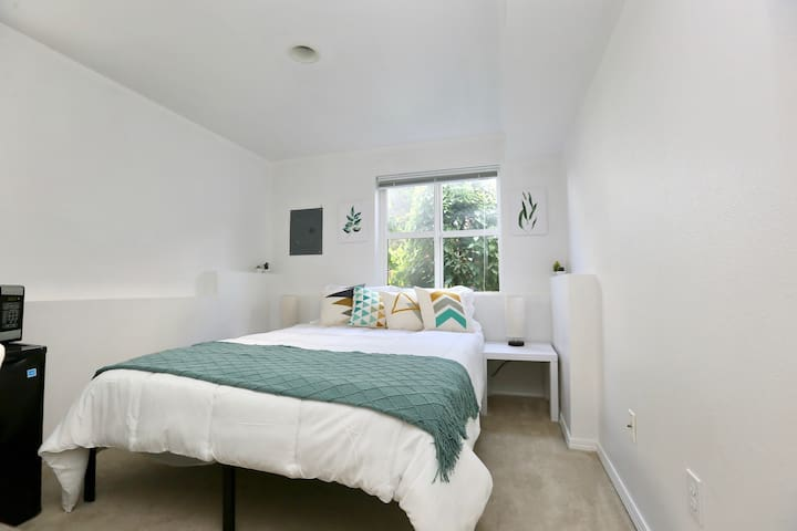 Charming Suite Right by Discovery Park!