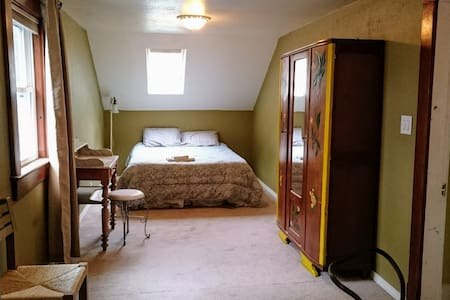 Cozy private Bedroom with full bath - Simsbury - Haus