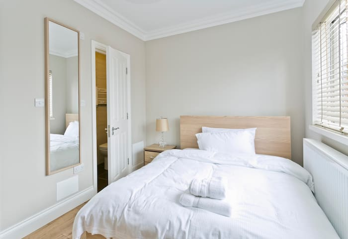 London House nr airport- en suite 7