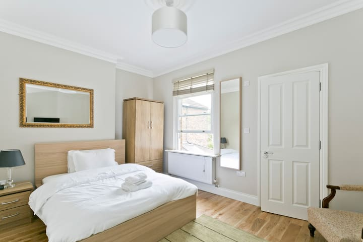 London house nr airport - ensuite 3