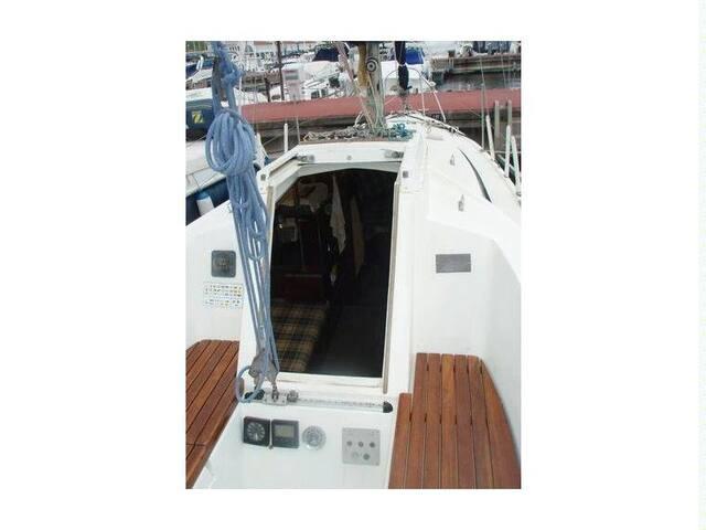 Cozy humble boat accomadates up 4,