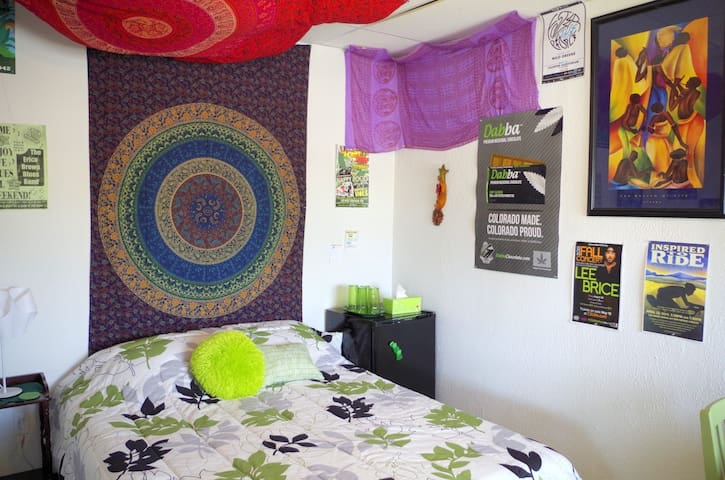 Green Room quaint space & 420 weed friendly!