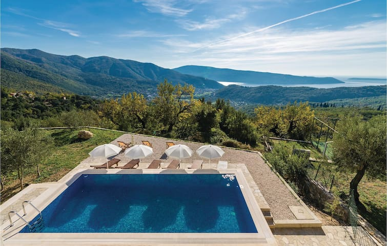 Holiday cottage with 4 bedrooms on 210m² in Herceg Novi