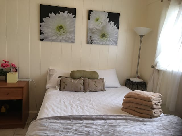Small,Cozy  , AC, Queen size bedroom w/ parking.