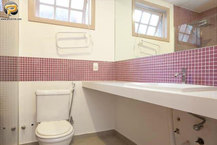 Banheiro suíte rosa