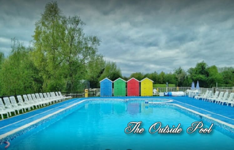 A Tranquil Cotswold Water Park Retreat