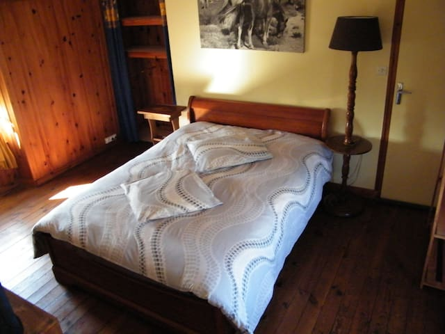 "une chambre ""pin"", cuisine disponible - Antigny - Bed & Breakfast"