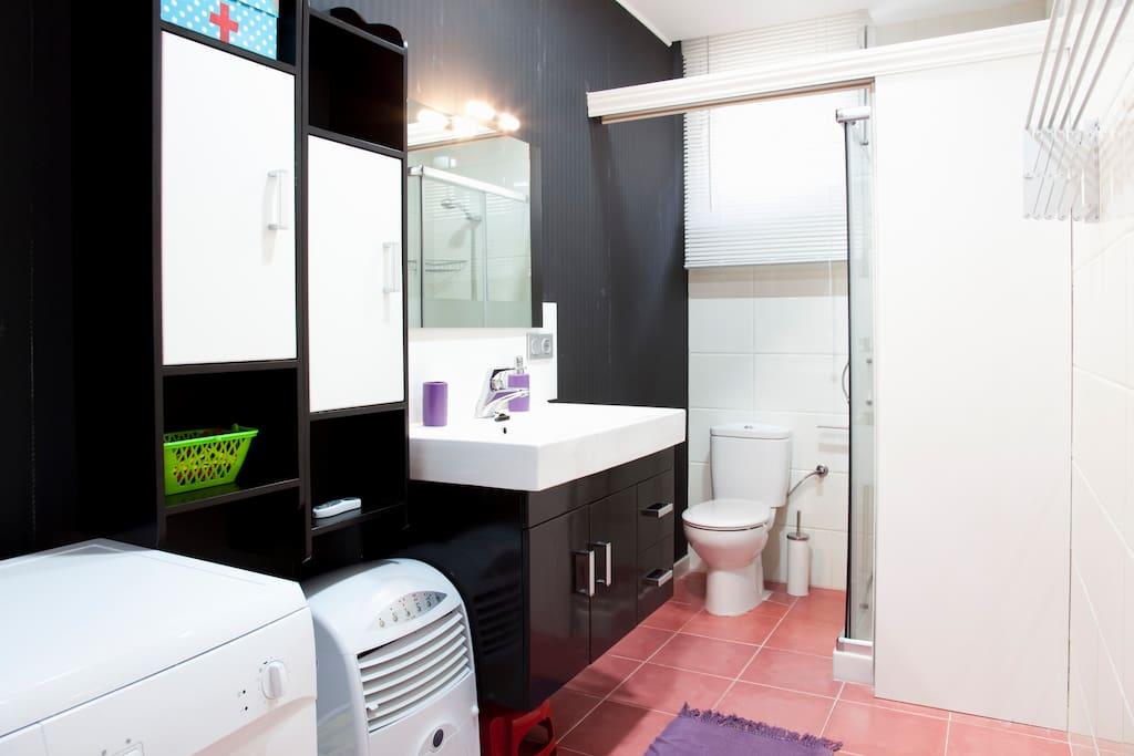 amplio baño con puerta corredera que divide en dos el baño