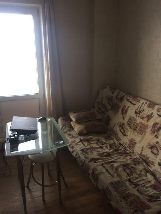 Диван и стол на кухне