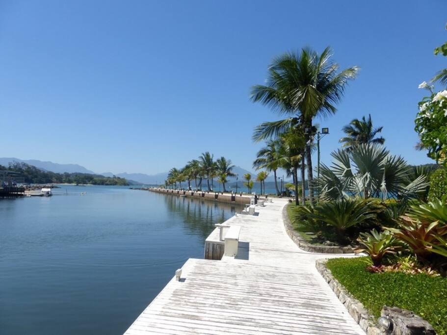 Marina exclusiva do condomínio da casa - possibilidade de parar  lanchas ao custo de R$5,00 por pé ,a diária . Exclusive marina resort