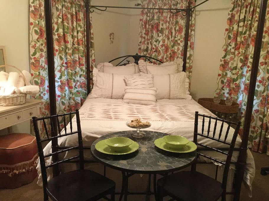 Queen Bed, Fine Linens, Vanity, Table/Chairs