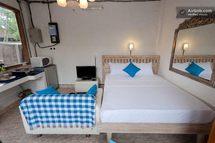Budget Studio WH5 with wifi aircon kitchen & pool