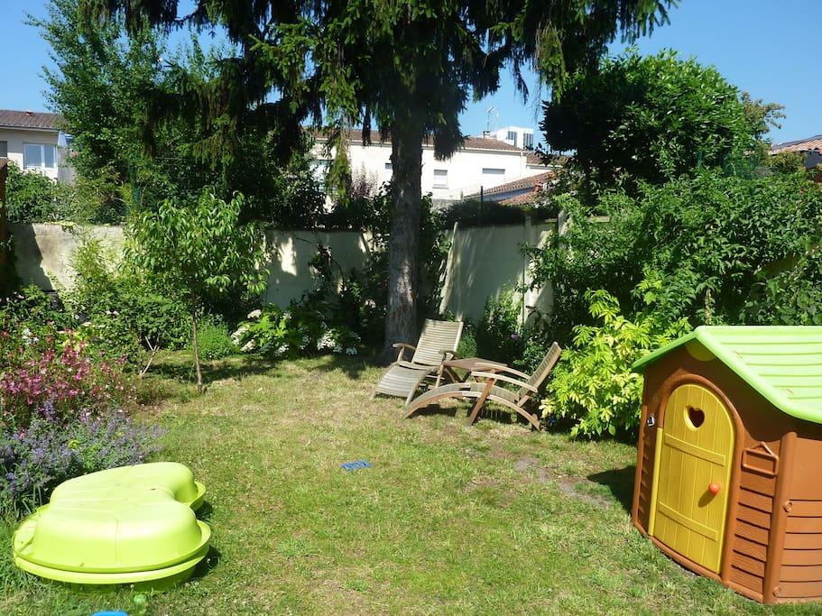 Jardin ensoleillé avec de nombreux jeux d'enfants
