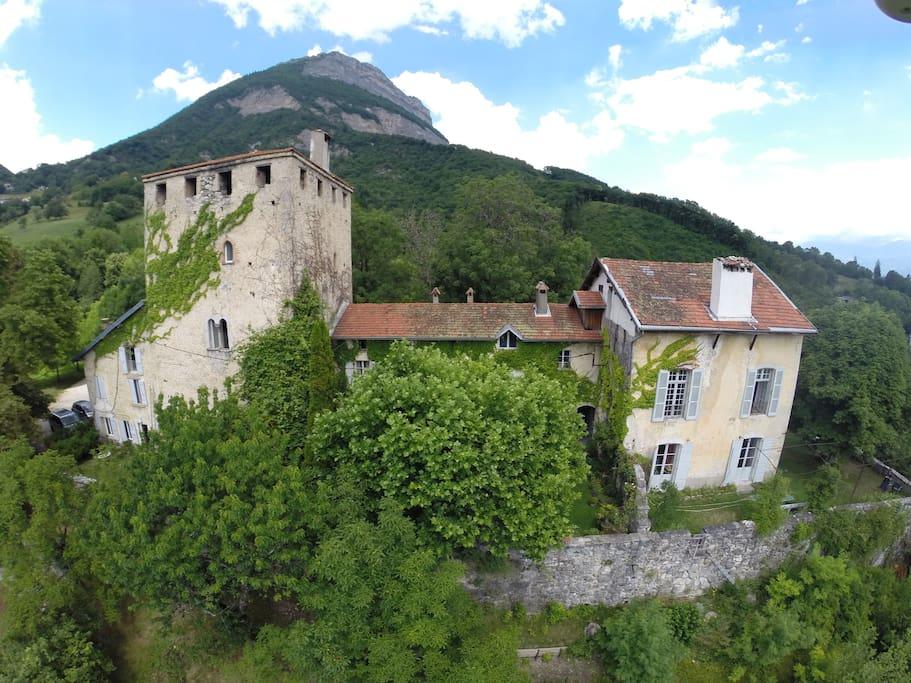 Logement entier  200m2, au 1er étage de la tour du 13e siècle, accès terrasse.