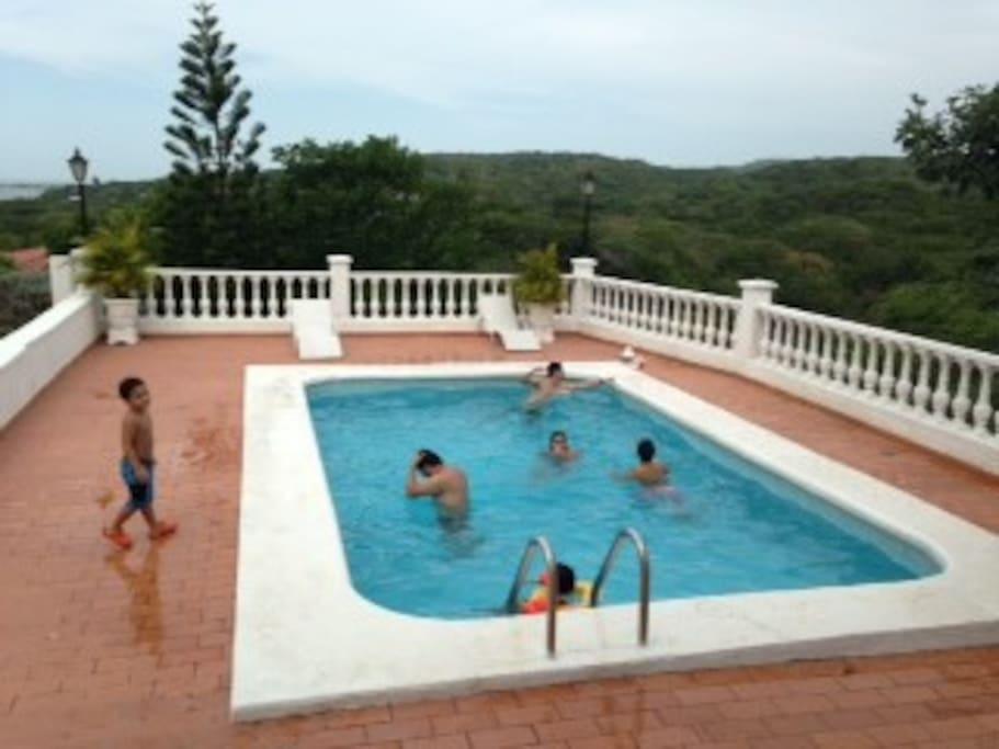 piscina con vista al mar y a la montaña