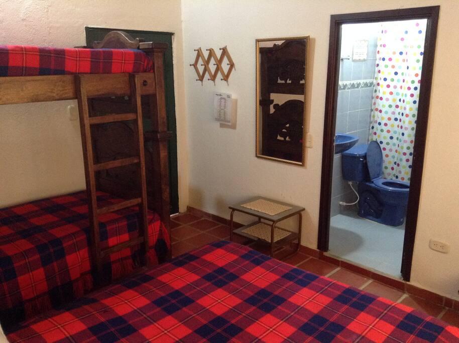 Habitación con cama doble , camarote y baño privado