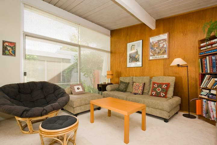 2 Rooms in Spacious Marin Eichler