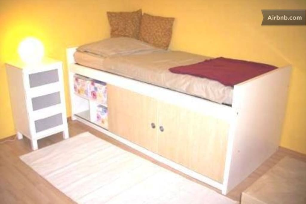 sehr gem tliches bett mit viel stauraum darunter. Black Bedroom Furniture Sets. Home Design Ideas