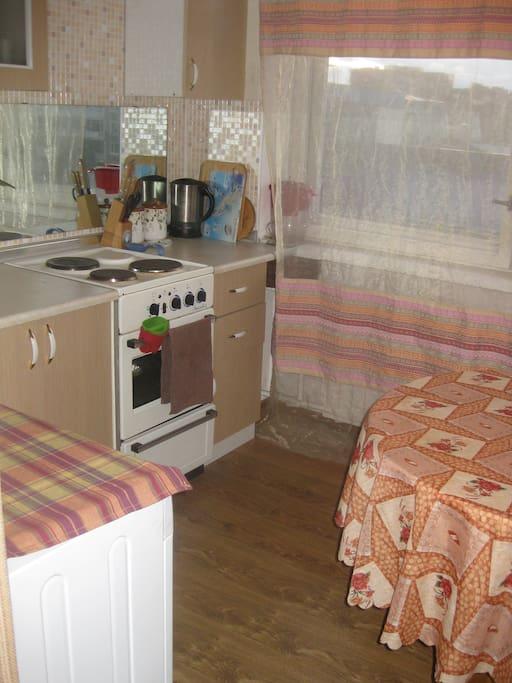 На маленькой уютной кухне есть всё необходимое - холодильник, плита, СВЧ, стиральная машина.