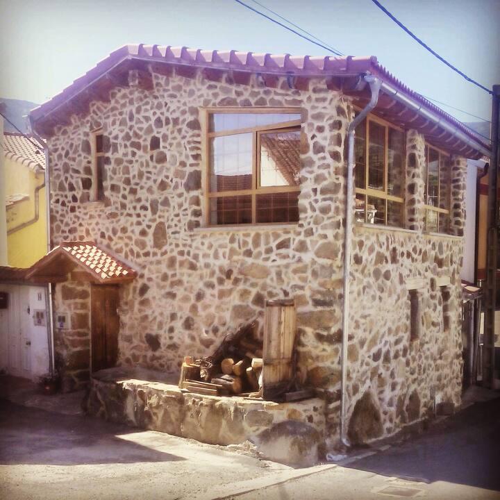 Bonita casa de piedra y madera.